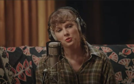 Taylor Swift canta e toca no especial do álbum Folklore, exclusivo do Disney+