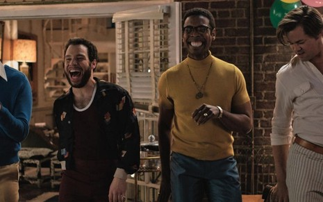 Jim Parsons, Robin de Jesús, Michael Benjamin Washington e Andrew Rannells dançam alegremente em uma festa no filme The Boys in the Band