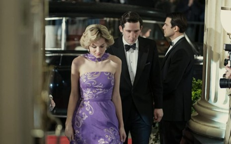Emma Corrin e Josh O'Connor vestidos de gala em cena da quarta temporada de The Crown