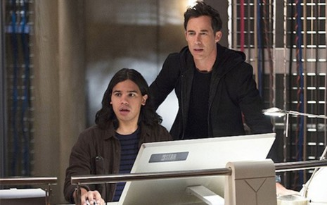 Carlos Valdes e Tom Cavanagh em cena de The Flash