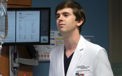 Freddie Highmore usa um jaleco de médico em cena de The Good Doctor