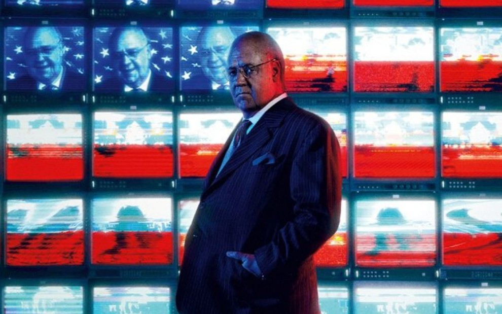 Imagem do ator Russell Crowe caracterizado como Roger Ailes na minissérie The Loudest Voice