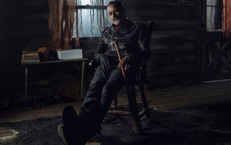 Jeffrey Dean Morgan em cena da 10ª temporada de The Walking Dead