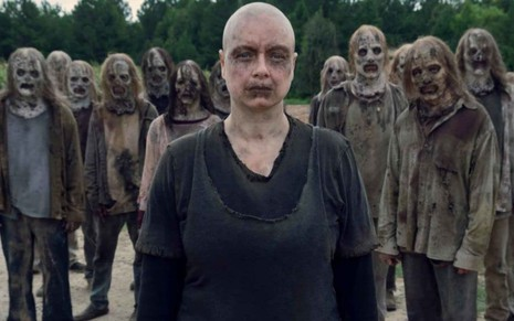 Samantha Morton rodeada por zumbis em cena de The Walking Dead