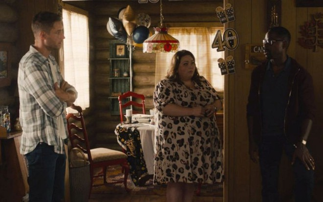 Justin Hartley, Chrissy Metz e Sterling K. Brown conversam em uma cabana em cena da 5ª temporada de This Is Us