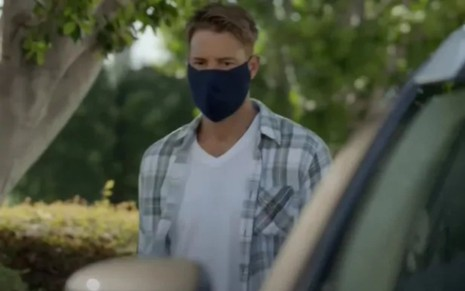 Kevin Pearson (Justin Hartley) de máscara contra a Covid-19 em cena do trailer da 5ª temporada de This Is Us