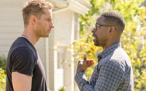 Justin Hartley e Sterling K. Brown discutem como os irmãos Kevin e Randall em cena da quarta temporada de This is Us