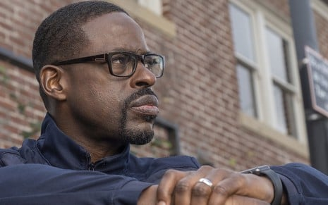 Ator de This Is Us, Sterling K. Brown olha para o horizonte com cara emburrada