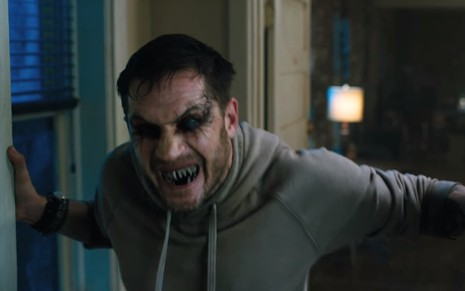 Tom Hardy como Eddie Brock em cena do filme Venom