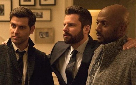 David Giuntoli, James Roday e Romany Malco em cena da série A Million Little Things