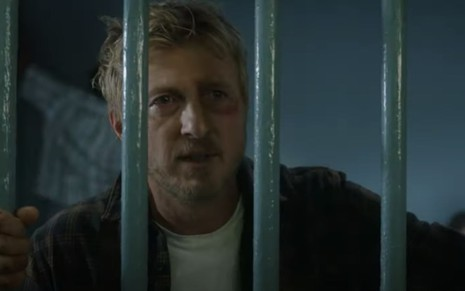 Johnny Lawrence (William Zabka) preso em cena da terceira temporada de Cobra Kai
