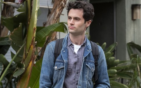 Imagem do ator Penn Badgley interpretando Joe Goldberg na série You