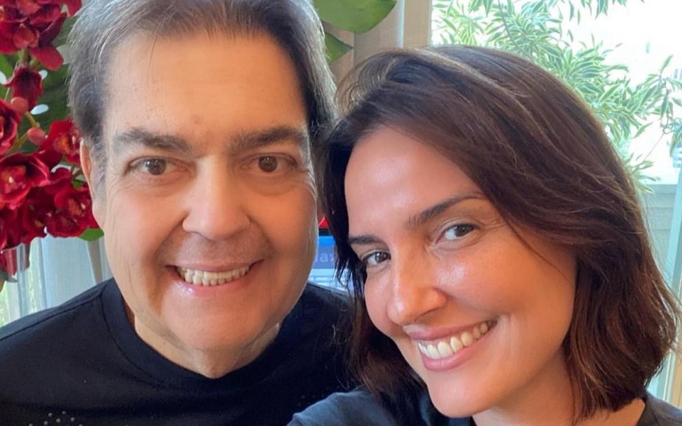 Fausto Silva e Luciana Cardoso sorridentes, lado a lado