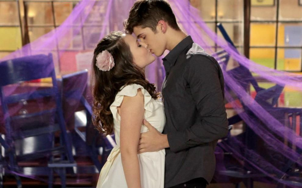 62f79dfd246bd Cena do primeiro beijo de Mirela (Larissa Manoela) e Luca (João Guilherme)