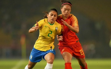 As jogadoras Letícia Santos (Brasil) e Tang Jiali (China) disputam bola em final do Torneio Internacional