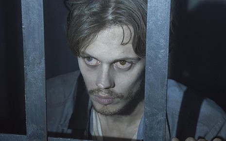 Bill Skarsgard na primeira temporada de Castle Rock, uma das séries mais instigantes do Starzplay