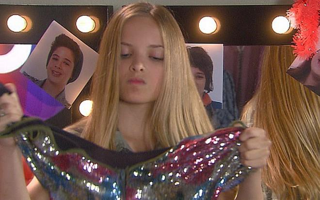 93630c350ef69 Priscila (Giovanna Chaves) rasga o vestido da rival em Cúmplices de um  Resgate -
