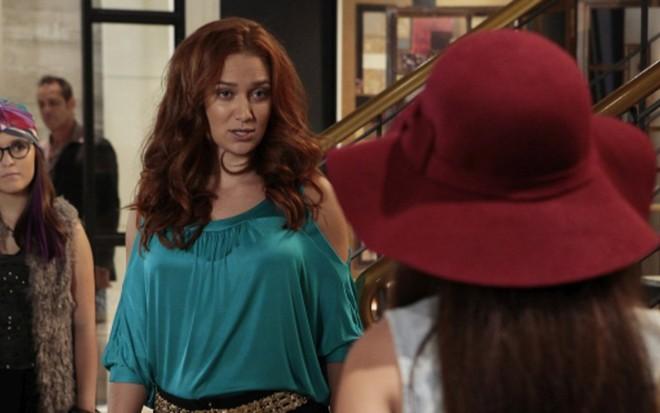 223a6059115d9 Isabela (Larissa Manoela) enfrenta Regina (Maria Pinna) em Cúmplices de um  Resgate