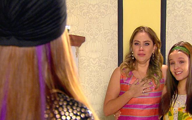 Rebeca (Juliana Baroni) vê Isabela em cena da novela Cúmplices de um Resgate, do SBT - Divulgação/SBT