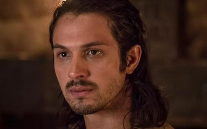 Romulo Estrela (Afonso) em Deus Salve o Rei; mocinho oferecerá apoio ao rei de Artena - Reprodução/TV Globo
