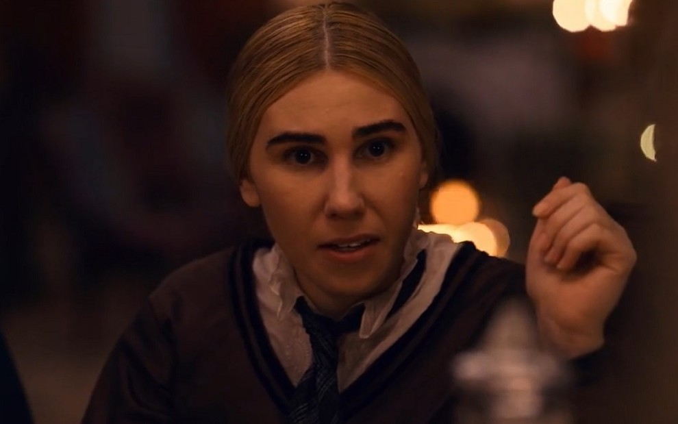 A atriz Zosia Mamet vive a renomada escritora Louisa May Alcott na série Dickinson, do Apple TV+