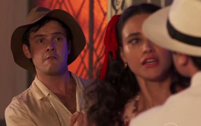 Candinho (Sergio Guizé) enfrenta Ernesto (Eriberto Leão) em cena de Eta Mundo Bom! - Reprodução/TV Globo