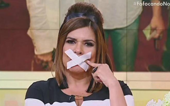 A apresentadora Mara Maravilha irritada por ser impedida de falar no Fofocando - Reprodução/SBT