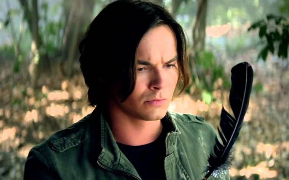 O ator Tyler Blackburn em cena da série Pretty Little Liars, fenômeno entre o público teen - Reprodução/Freeform
