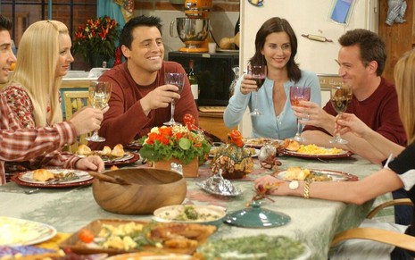 David Schwimmer, Lisa Kudrow, Matt LeBlanc, Courteney Cox, Matthew Perry e Jennifer Aniston em cena de jantar de Friends