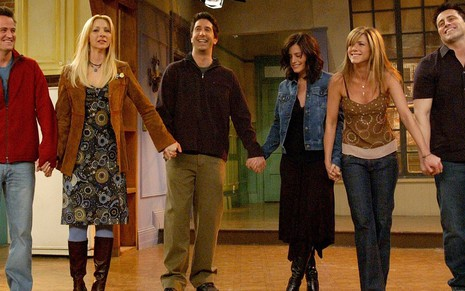 Matthew Perry, Lisa Kudrow, David Schwimmer, Courteney Cox, Lisa Kudrow e Matt LeBlanc no final de Friends