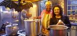 O cozinheiro Chico (João Acaiabe) e a inspetora Ernestina (Carla Fioroni) no clipe Sinais (Foto: Lourival Ribeiro/SBT)