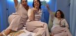 Fabiana Karla, Bel Kutner e Eliane Giardini posam como vedetes em um dos quartos do San Magno