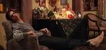 Mateus Solano faz cara de 'morto de cansaço' no cenário da casa de Márcia