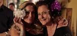 Susana Vieira posa com Elizabeth Savalla com o acessório de Márcia: uma enorme flor nos cabelos