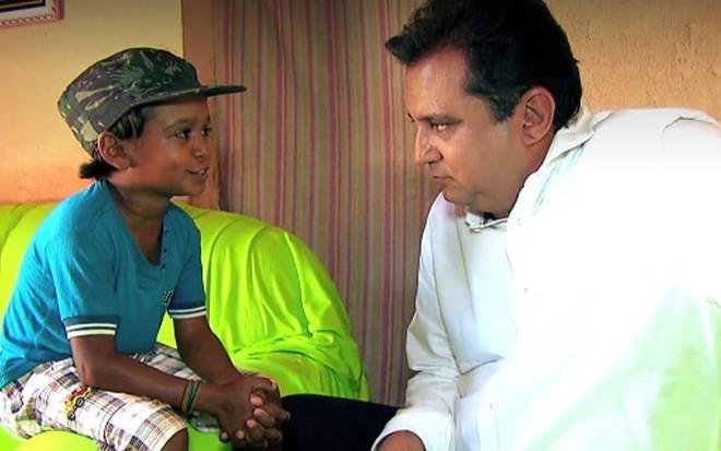 """Geraldo Luis entrevista """"adulto em corpo de criança"""" em reportagem exibida no Geraldo Brasil - Reprodução/Record"""