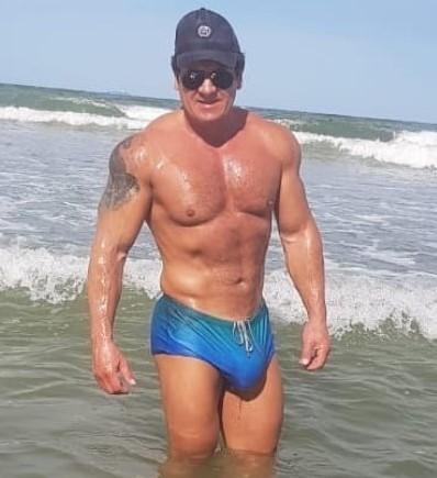 Resultado de imagem para O apresentador do Balanço Geral de Curitiba, Gilberto Ribeiro, da RIC TV, afiliada da Record no Paraná, foi demitido pela emissora após viralizar nas redes sociais com fotos de sunga na praia