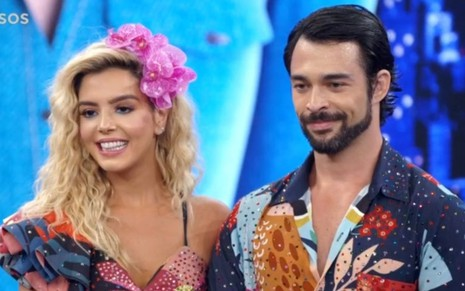 Giovanna Lancellotti e Danniel Navarro no cenário do Domingão do Faustão