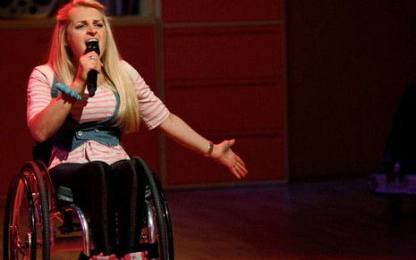 Ali Stroker durante performance no reality show The Glee Project, que a revelou na TV - Divulgação/Oxygen