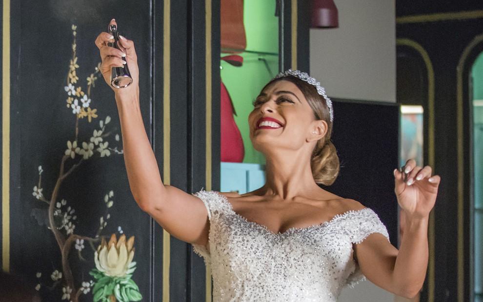 A atriz Juliana Paes vestida de noiva em cena da novela das nove da Globo, A Dona do Pedaço, na pele de Maria da Paz