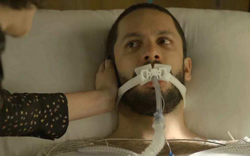 Téo (Rainer Cadete) em pânico no hospital em cena de A Dona do Pedaço