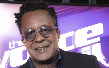 O cantor Tony Gordon nos bastidores do The Voice Brasil, de óculos escuros