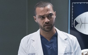 O ator Jesse Williams na 16ª temporada de Grey's Anatomy; ator apareceu diferente na série Power