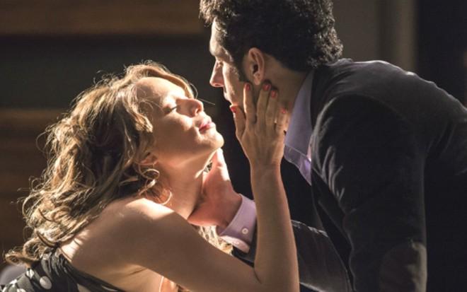 Tancinha (Mariana Ximenes) seduz Beto (João Baldasserini) em cena de Haja Coração - Caiuá Franco/TV Globo