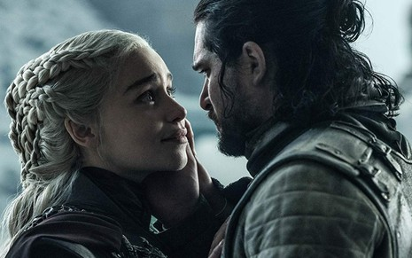 Emilia Clarke (Daenerys) e Kit Harington (Jon Snow) no último episódio de Game of Thrones - Divulgação/HBO