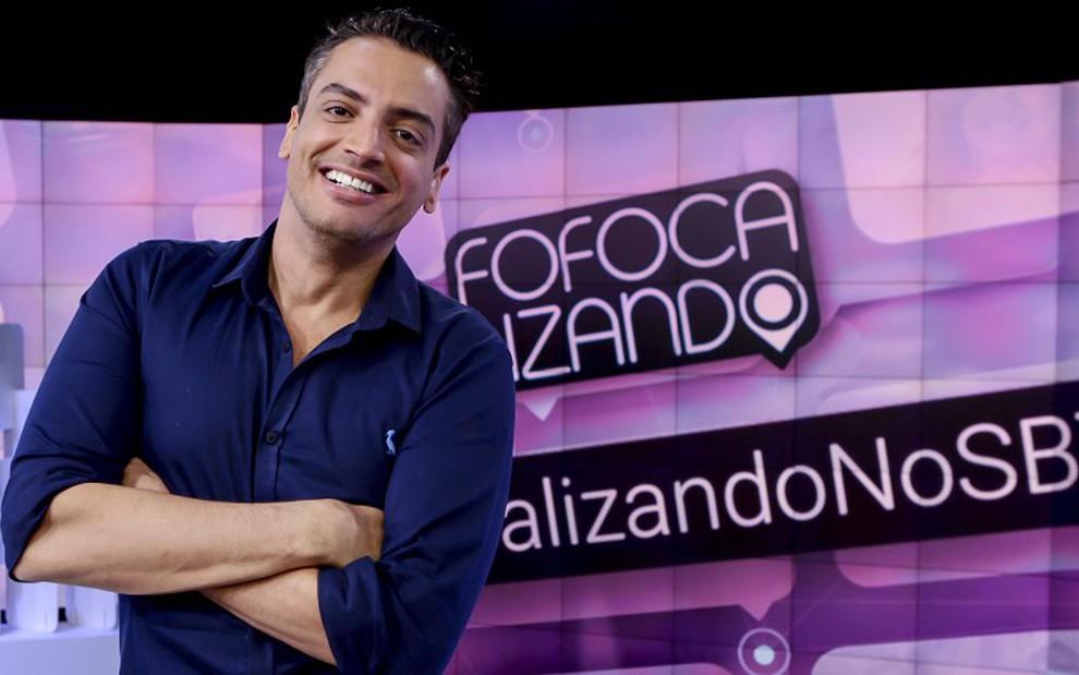 Leo Dias no cenário do Fofocalizando; jornalista vai se afastar durante uma semana para tratamento - Gabriel Cardoso/SBT
