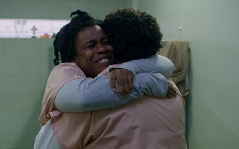 Uzo Aduba, ganhadora do Emmy, abraça Adrienne C. Moore na última temporada de Orange Is the New Black - Divulgação/Netflix