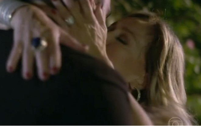 86327ffb9d Susana Vieira e Kiko Pissolato em cena de Amor à Vida em que seus  personagens se