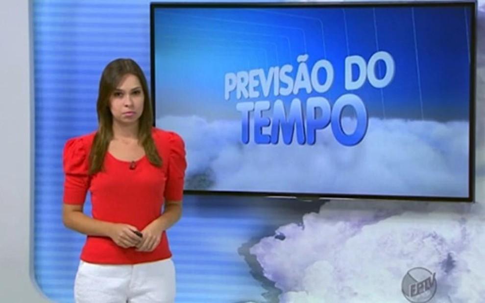 A jornalista Mônica Gimenez usa manga bufante em jornal local da EPTV fe2916c38338a