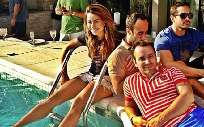 913cafe5c8cfb Sabrina Sato com amigos durante churrasco na piscina de sua cobertura