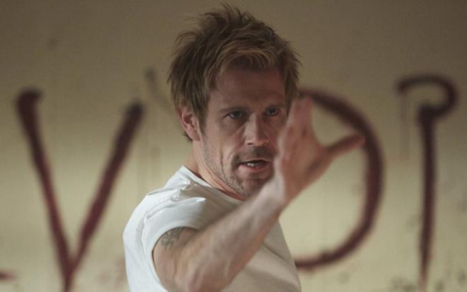2ebe612d330 O ator Matt Ryan interpreta o sarcástico exorcista John Constantine na  série Constantine